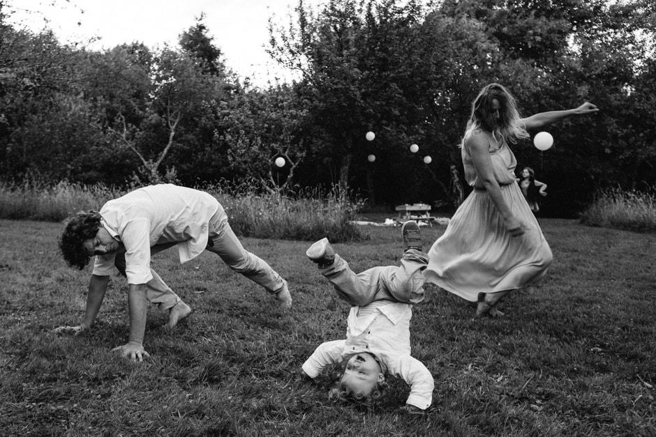 Ernestine et sa famille photographe de mariage bohème a Paris