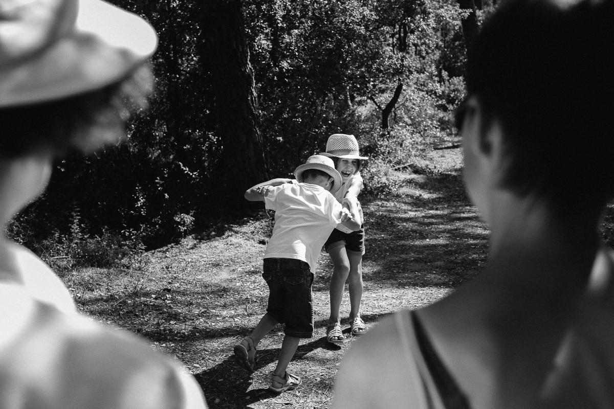 Dispute amicale entre freres et soeurs parcours de santé pendant reportage documentaire de famille à Saint-Hilaire-de-Riez