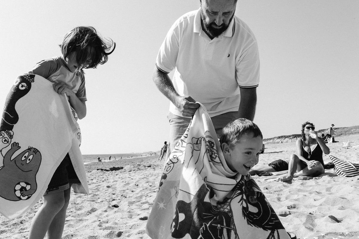 la plage avec papa, reportage documentaire de famille à Saint-Hilaire-de-Riez