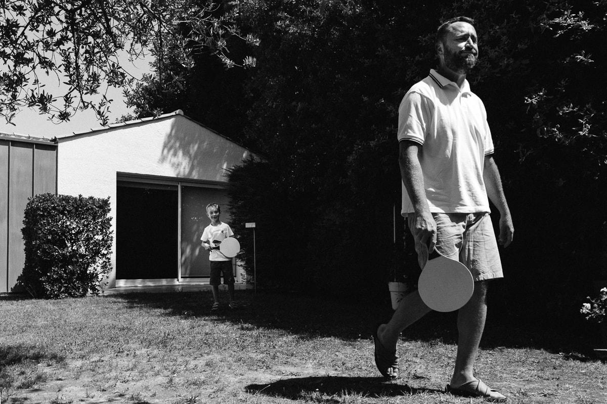 jeux de raquettes avec papa pendant reportage documentaire de famille à Saint-Hilaire-de-Riez