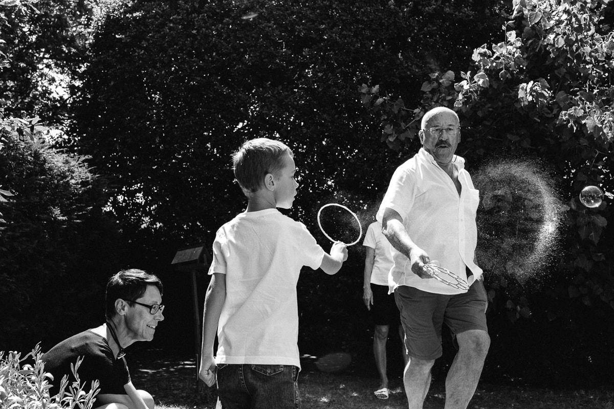 jeux de bulles en famille pendant reportage documentaire de famille à Saint-Hilaire-de-Riez