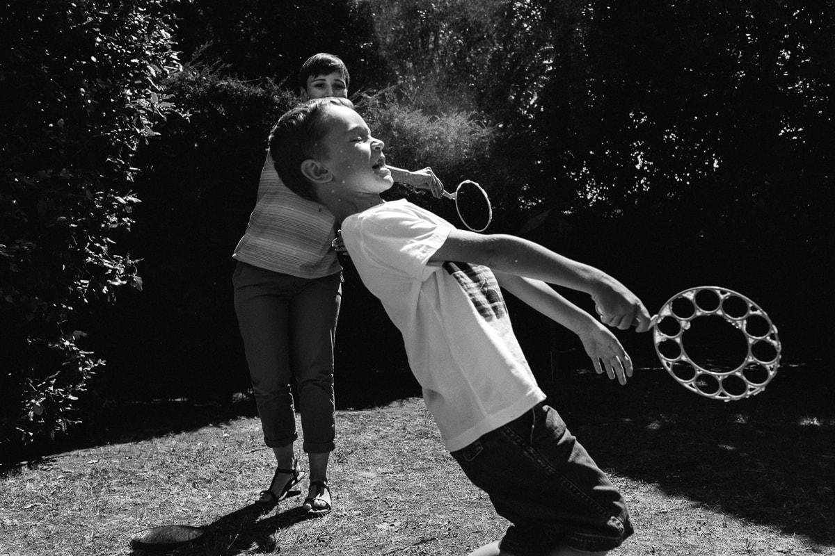 jeux de bulles en noir et blanc pendant reportage documentaire de famille à Saint-Hilaire-de-Riez