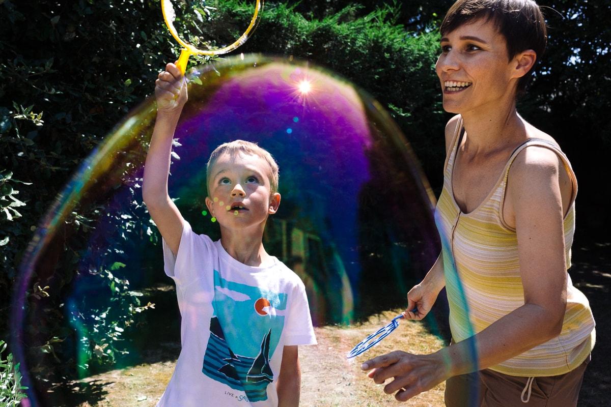 jeux de bulles en couleur reportage documentaire de famille à Saint-Hilaire-de-Riez