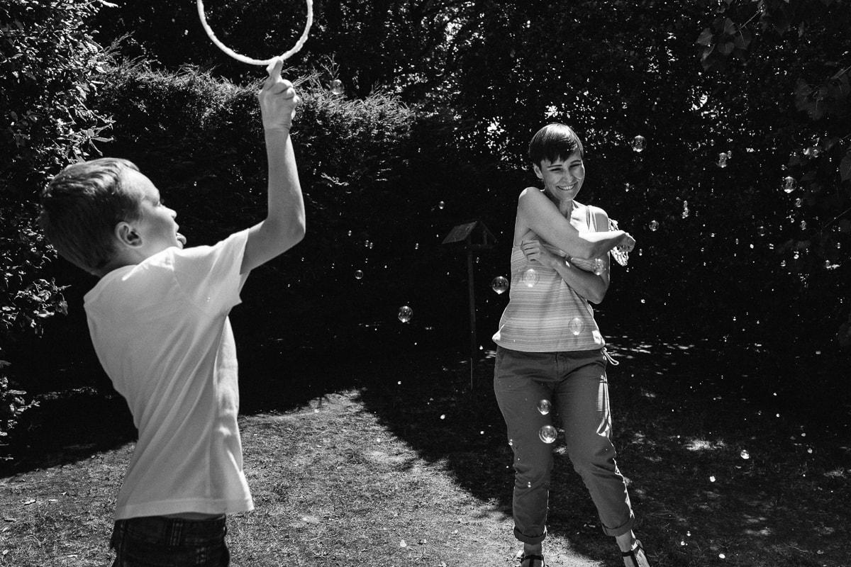 jeux de bulles pendant reportage documentaire de famille à Saint-Hilaire-de-Riez