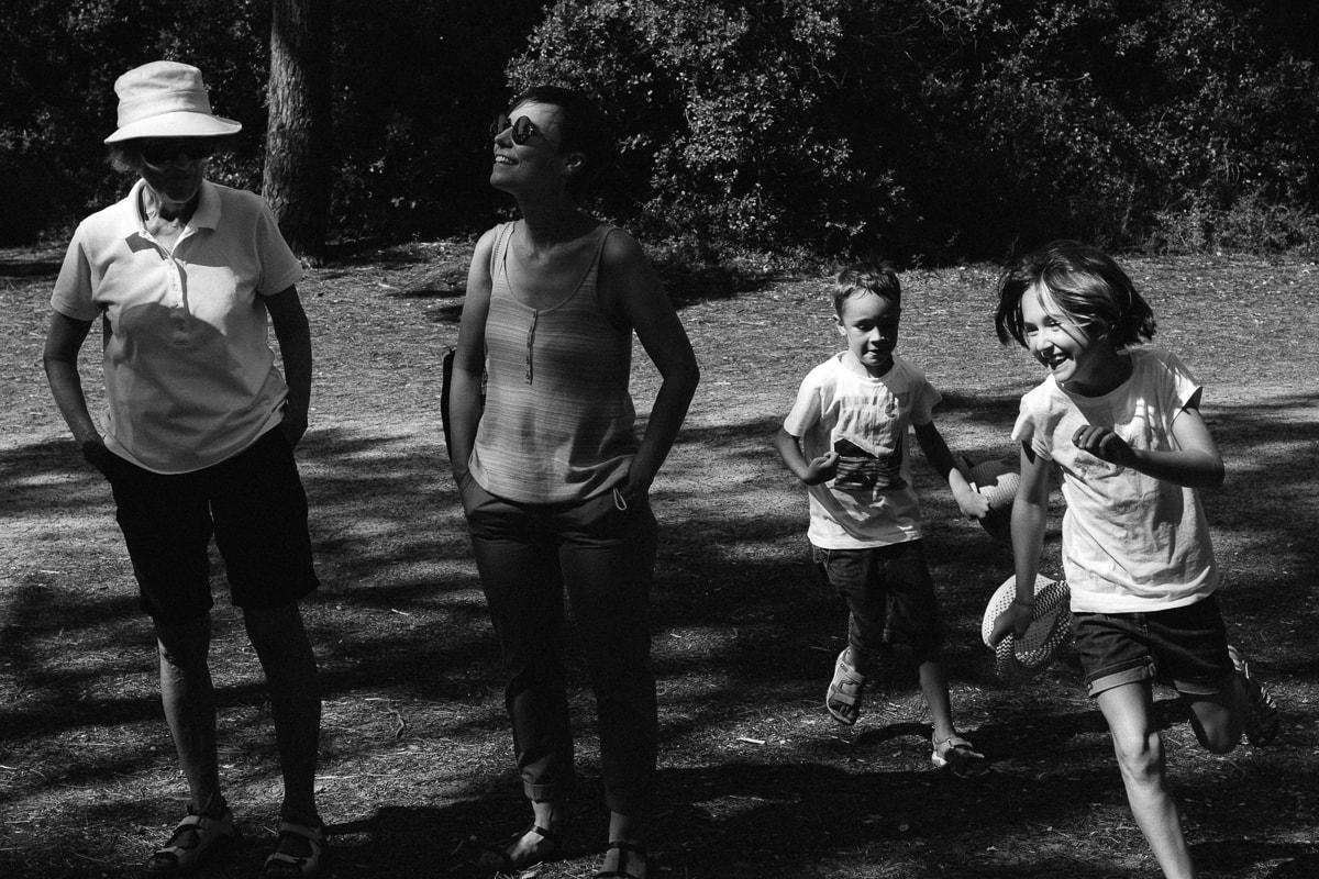 les enfants en forme pendant reportage documentaire de famille à Saint-Hilaire-de-Riez