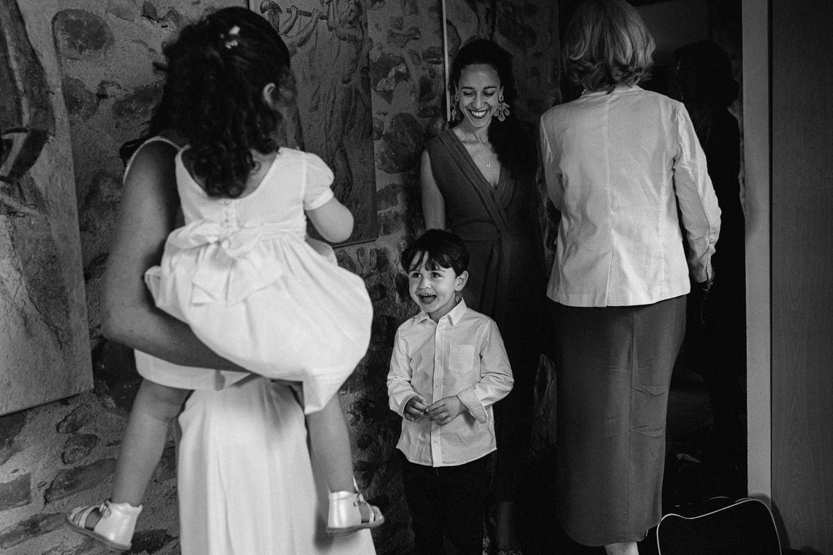 Mariage sur deux jours au Pays Basque - cérémonie laïque au gite au milieu des fougères - photo du garçon qui découvre sa maman
