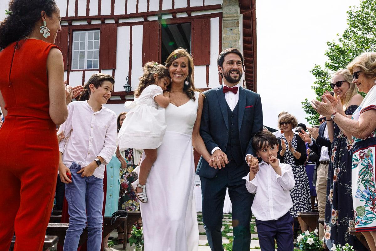 Mariage sur deux jours au Pays Basque - cérémonie laïque au gite au milieu des fougères - arrivée des mariés