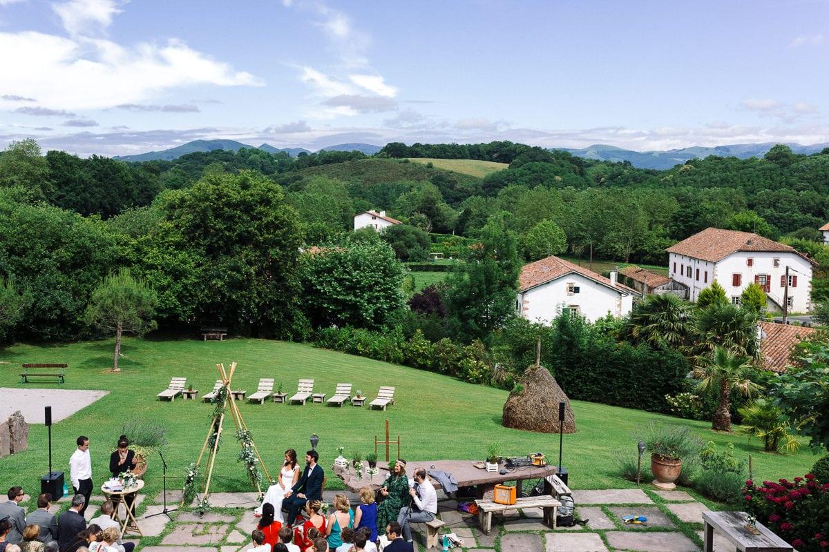 Mariage sur deux jours au Pays Basque - cérémonie laïque au gite au milieu des fougères avec vue sur la montagne