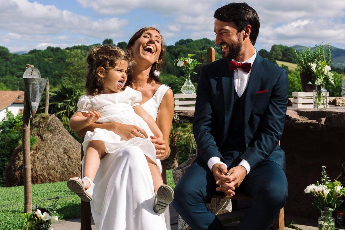 Mariage sur deux jours au Pays Basque - cérémonie laïque au gite au milieu des fougères - fille des mariés qui tire une langue bleue