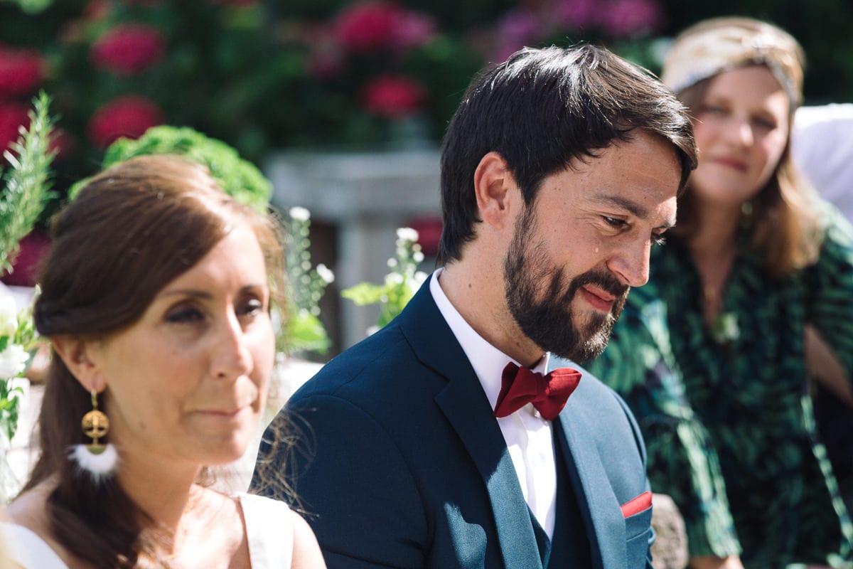 Mariage sur deux jours au Pays Basque - cérémonie laïque au gite au milieu des fougères - émotion du marié pendant la cérémonie laïque