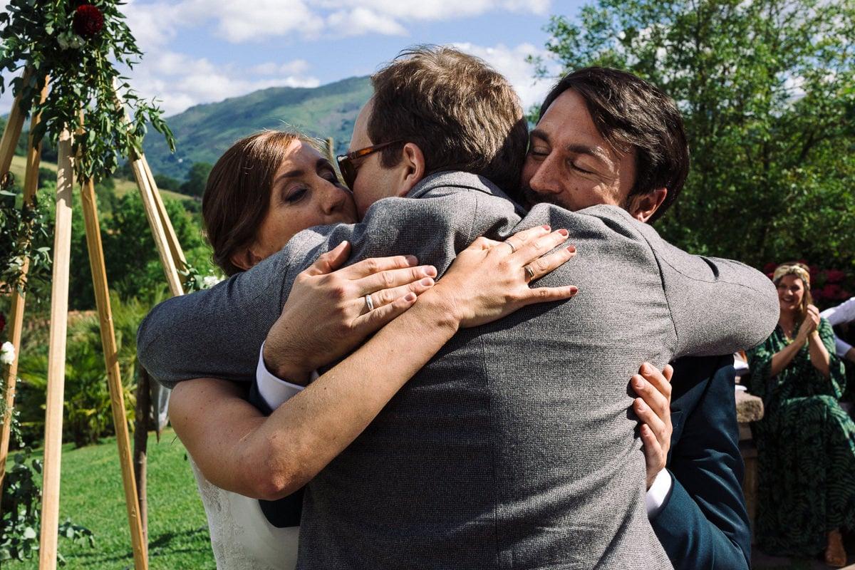 Mariage sur deux jours au Pays Basque - cérémonie laïque au gite au milieu des fougères - embrassade avec les mariés