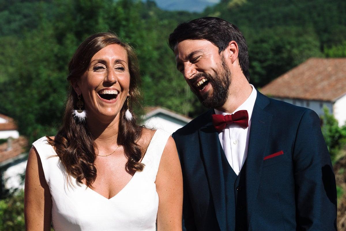 Mariage sur deux jours au Pays Basque - cérémonie laïque au gite au milieu des fougères - rires des mariés