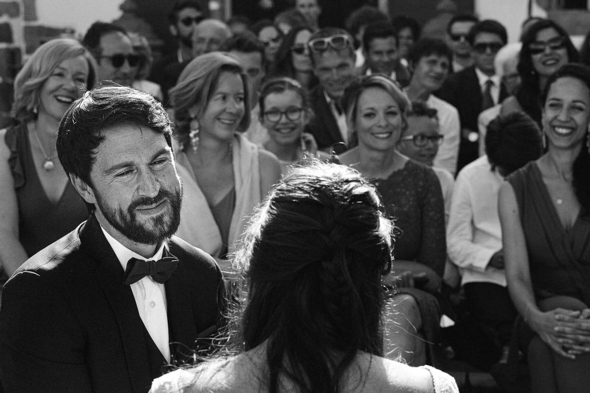 Mariage sur deux jours au Pays Basque - cérémonie laïque au gite au milieu des fougères - émotion du marié