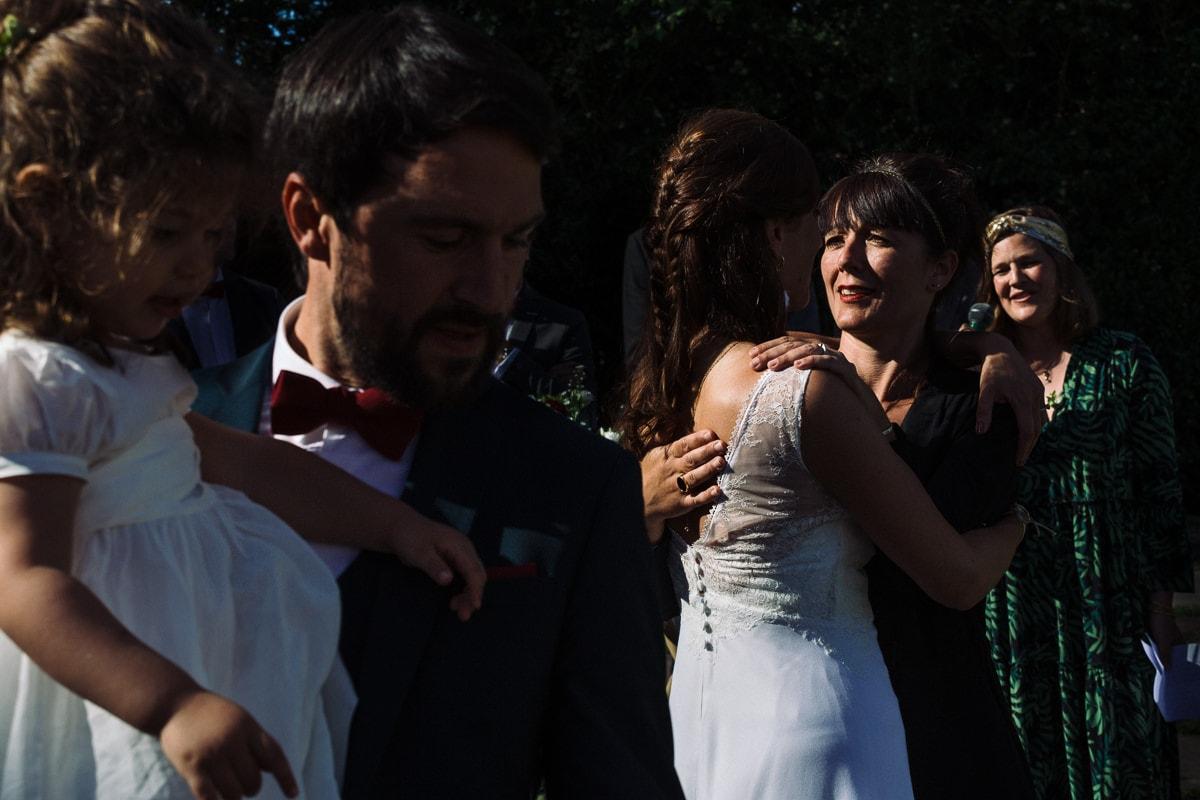 Mariage sur deux jours au Pays Basque - cérémonie laïque au gite au milieu des fougères - embrassade