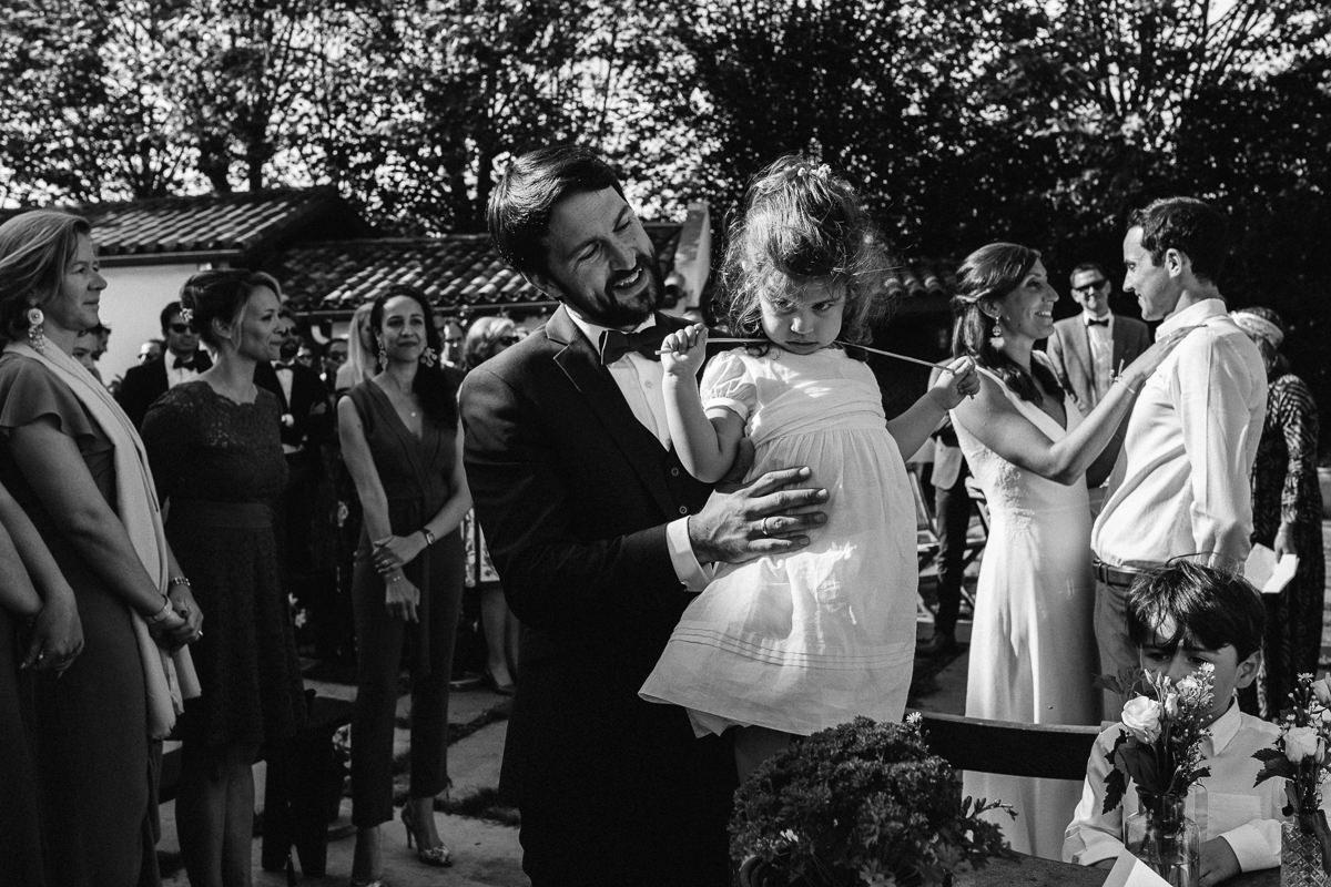 Mariage sur deux jours au Pays Basque - cocktail au gite au milieu des fougères - le marié et sa fille