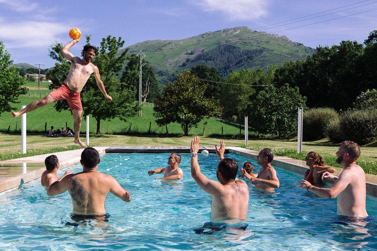Mariage sur deux jours au Pays Basque - saut du marié dans la piscine