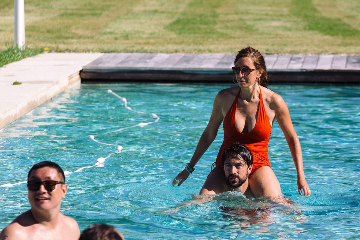 Mariage sur deux jours au Pays Basque - photo des mariés dans la piscine