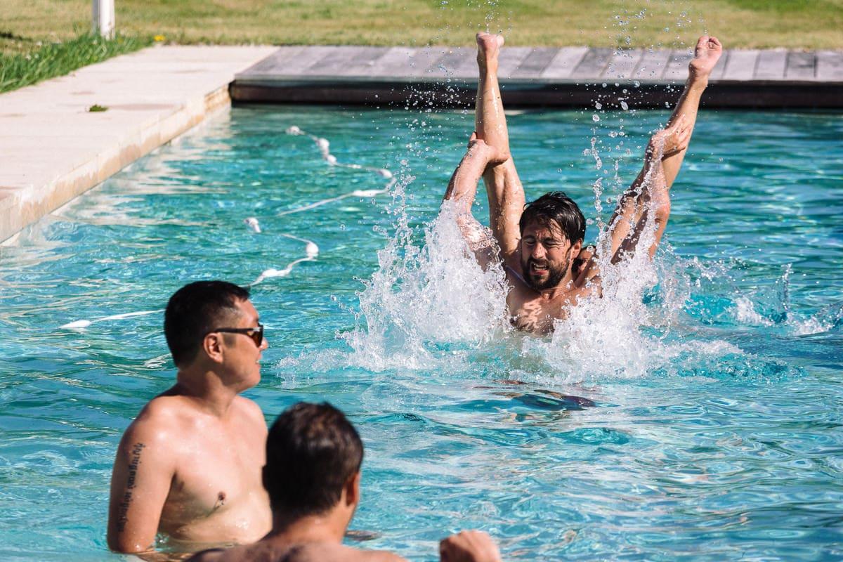 Mariage sur deux jours au Pays Basque - photos dans la piscine chute