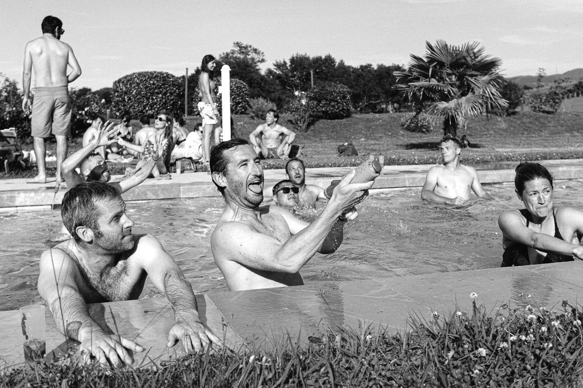 Mariage sur deux jours au Pays Basque - photo d'ambiance fin de journée autour de la piscine