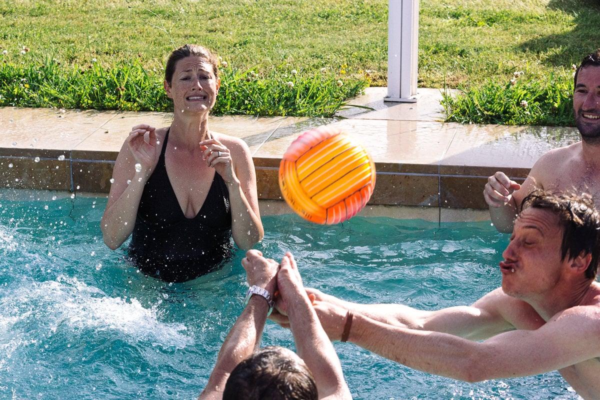 Mariage sur deux jours au Pays Basque - témoins dans la piscine