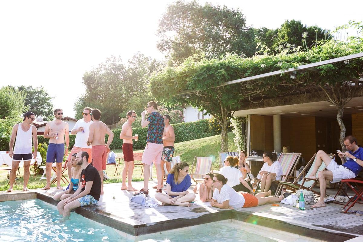 Mariage sur deux jours au Pays Basque - fin de journée autour de la piscine