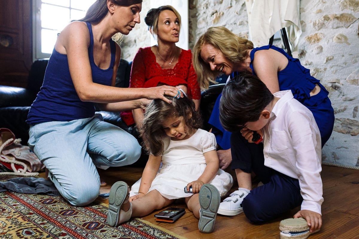 Mariage sur deux jours au Pays Basque - gite au milieu des fougères - coiffure de la petite fille