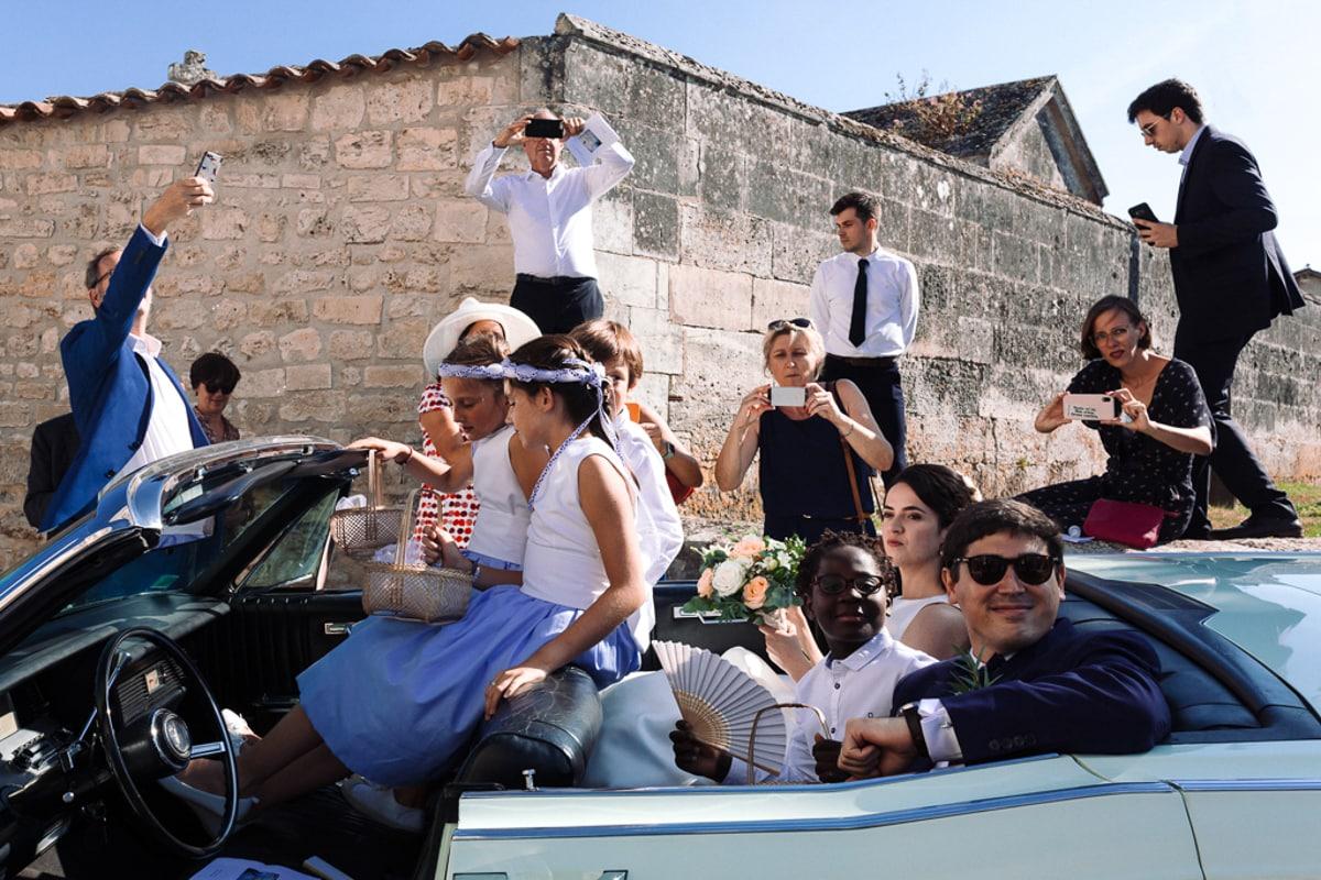 départ des mariés dans la Lincoln -reportage photo de Mariage dans la maison familiale près d'Angoulême