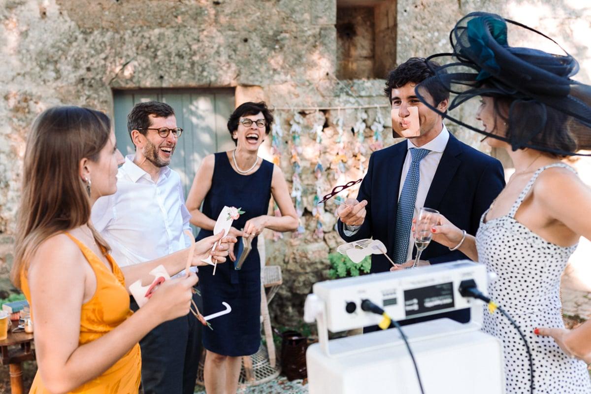 Moment au photobooth - Mariage dans la maison familiale près d'Angoulême