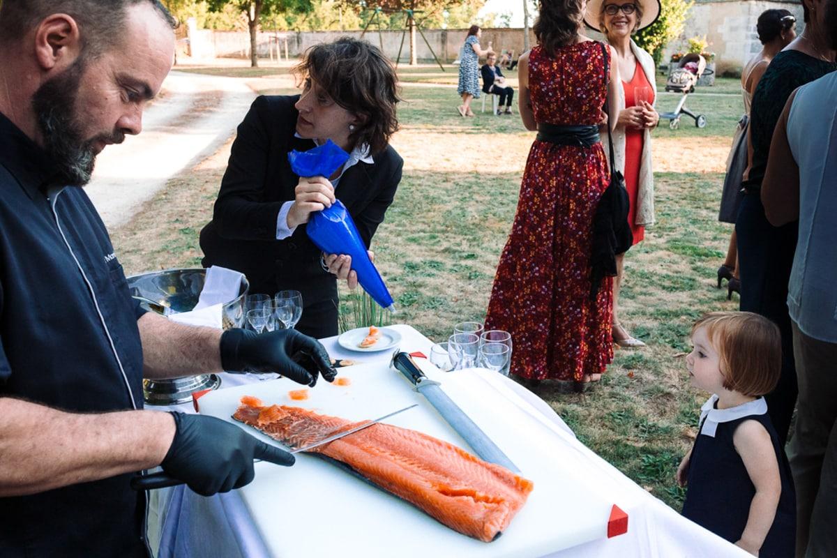 La découpe du saumon - reportage photo de Mariage dans la maison familiale près d'Angoulême
