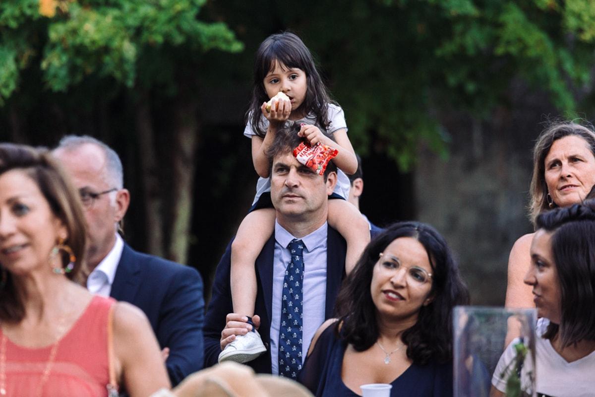 petite fille sut les épaules de son papa - reportage photo de Mariage dans la maison familiale près d'Angoulême