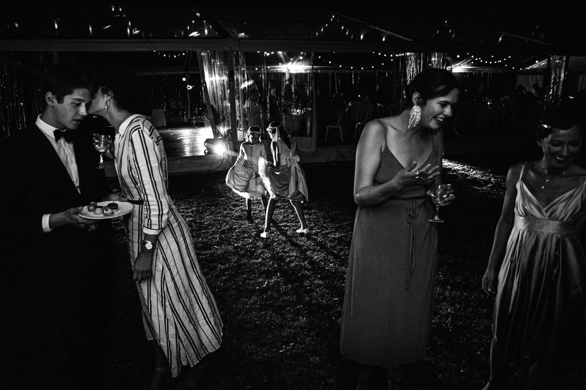 photo représentant des invités et des enfants qui dansent Mariage dans la maison familiale près d'angouleme