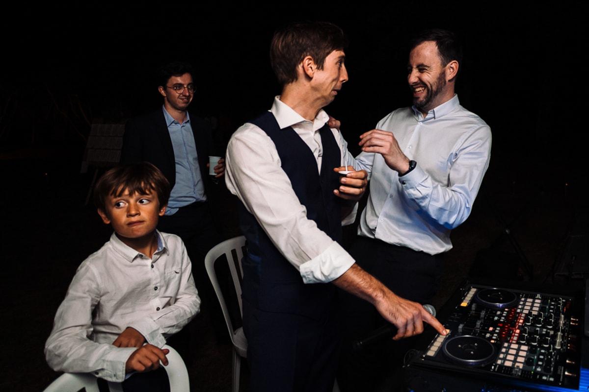 quand le DJ fait une pose et que les témoins prennent le relai - Mariage dans la maison familiale près d'angouleme