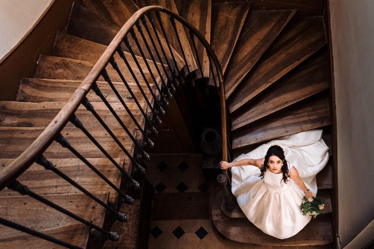 Mariée dans les escaliers - reportage photo de Mariage dans la maison familiale près d'Angoulême