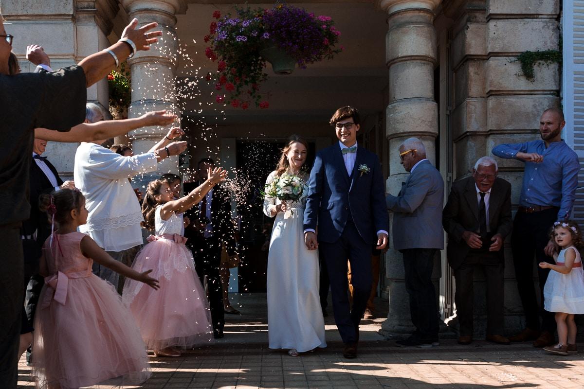 Sortie des mariés de la mairie - reportage de mariage au Domaine de Verderonne dans l'Oise