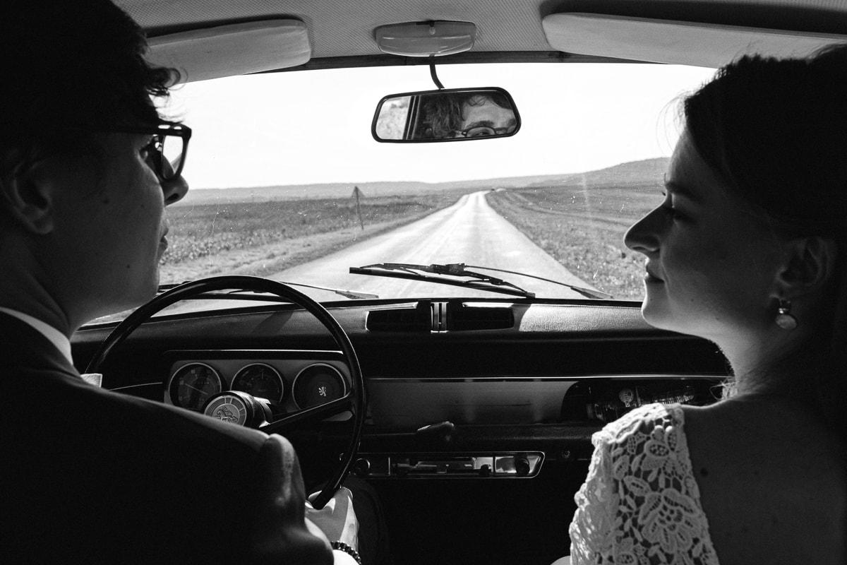 les mariés dans une voiture - reportage de mariage au Domaine de Verderonne dans l'Oise