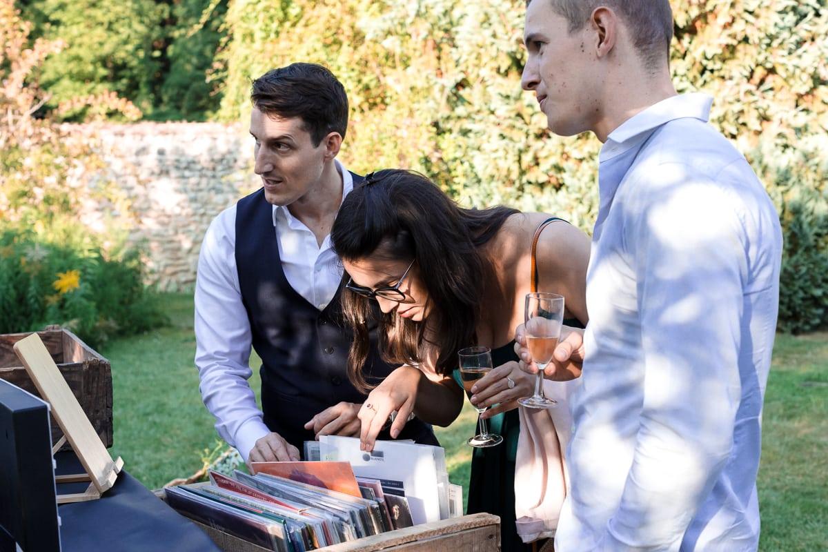 Choix des vinyles par les invités pendant le cocktail de mariage au Domaine de Verderonne