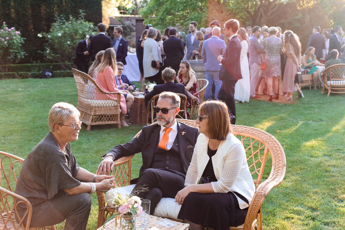 Reportage pendant le cocktail au soleil couchant lors d'un mariage au Domaine de Verderonne
