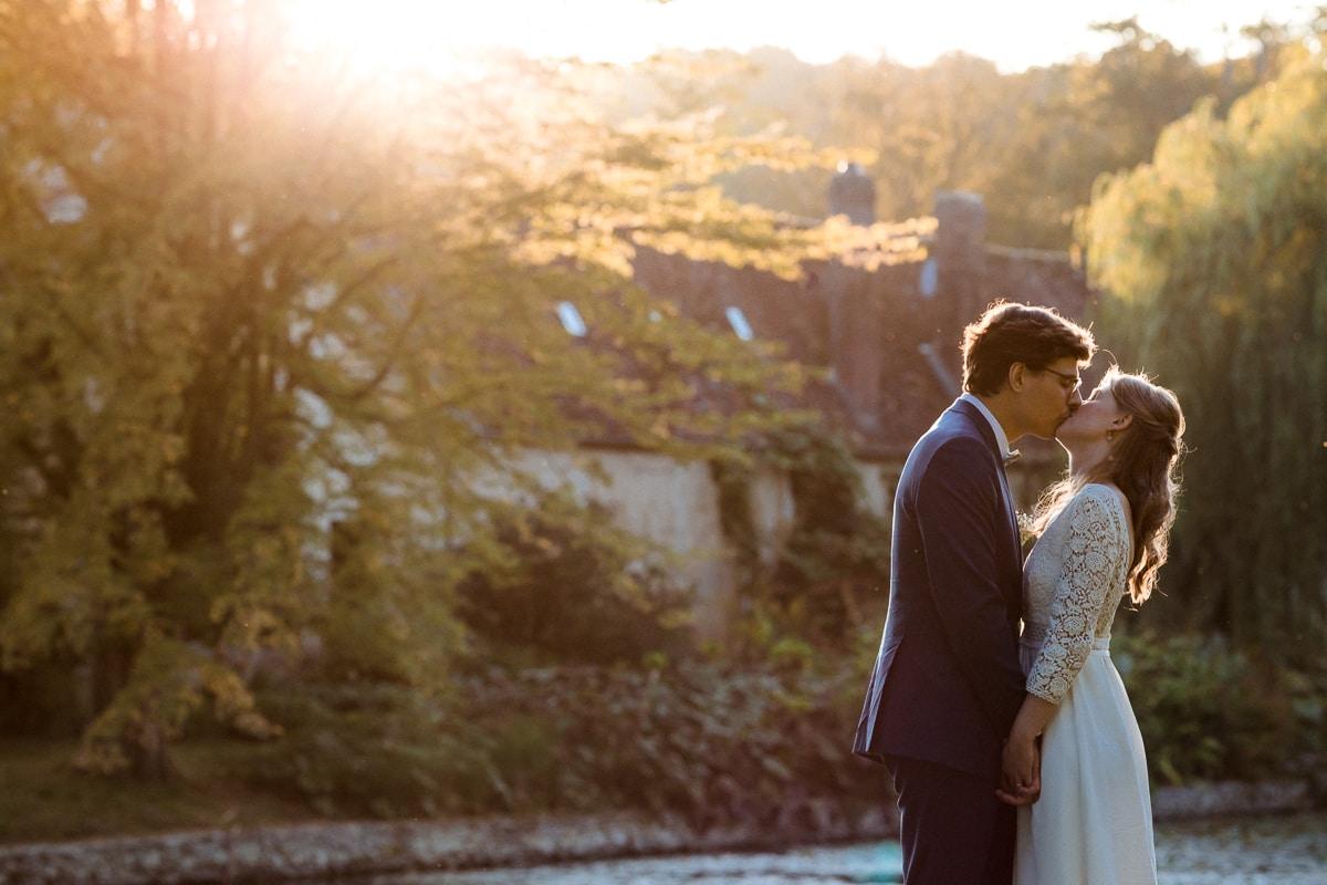 Photo de couple au Domaine de Verderonne dans l'Oise. Photo des mariés devant le coucher de soleil