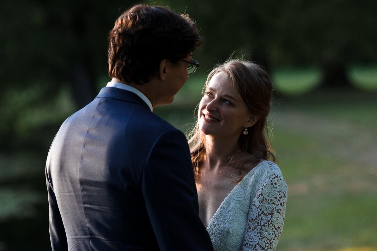 Photo de couple au Domaine de Verderonne dans l'Oise, le regard de la mariée
