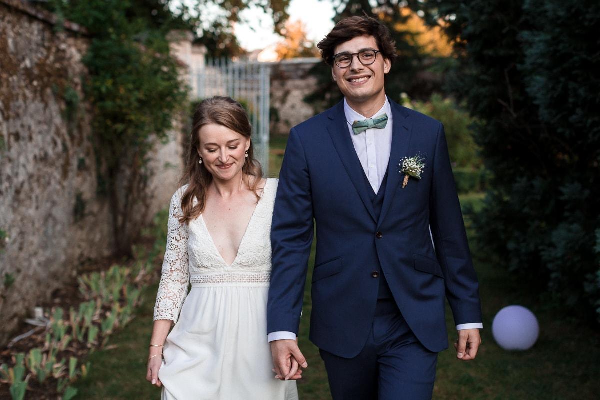Les mariés dans le jardin du Domaine de verderonne