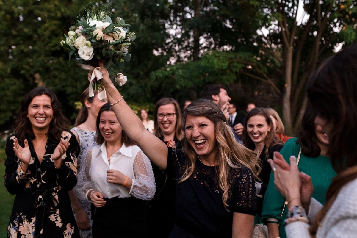 Le lancer du bouquet pendant un mariage au Domaine de Verderonne