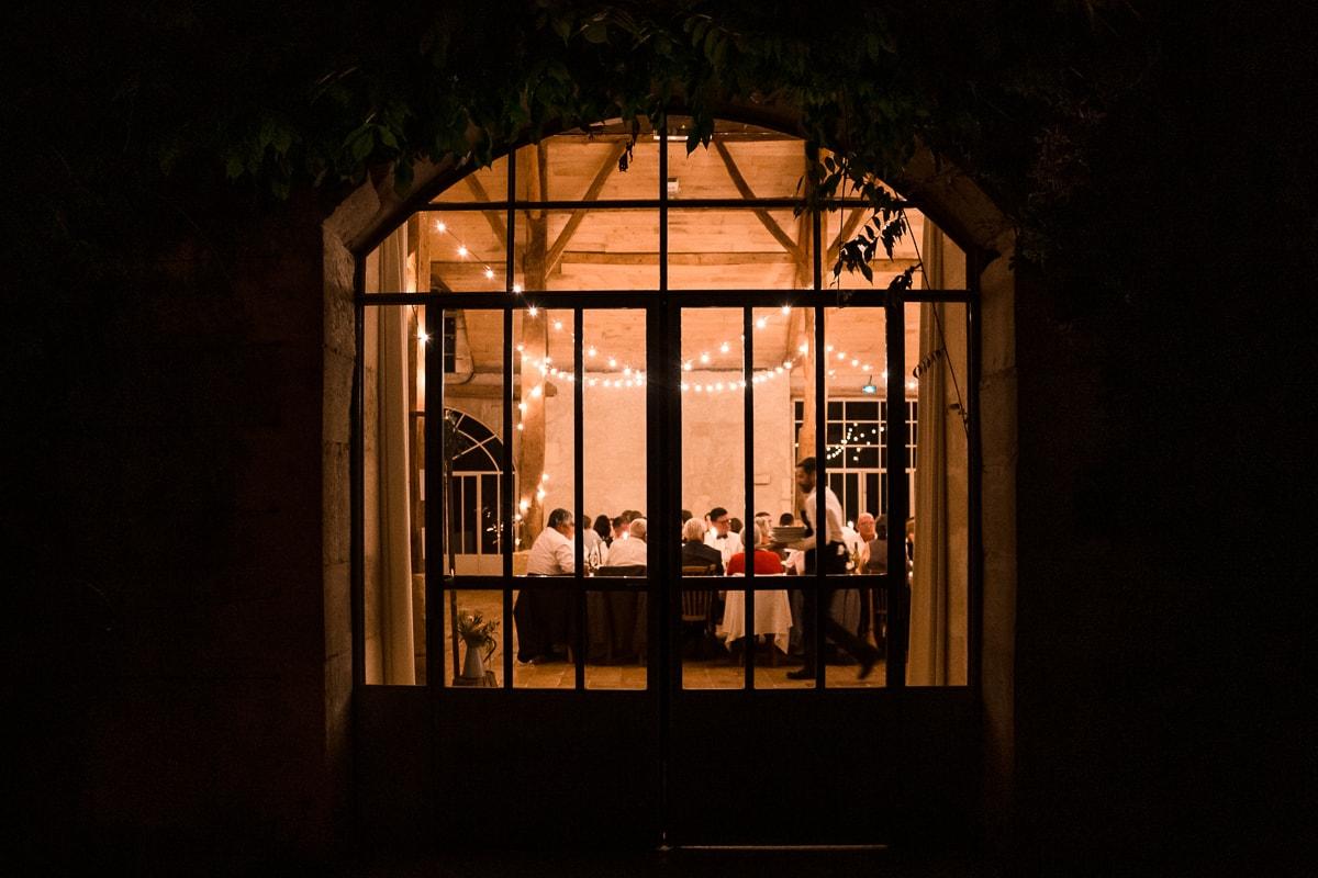 reportage photo de mariage au Domaine de Verderonne, le diner a travers la fenêtre