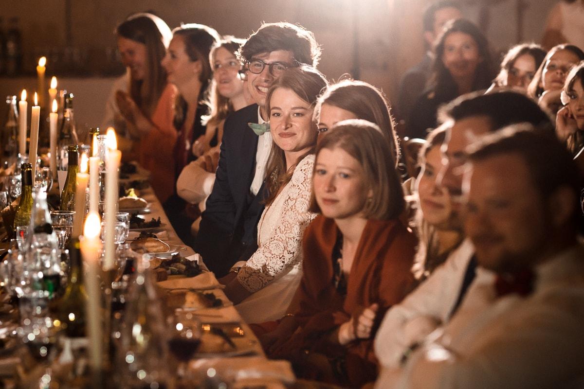 reportage photo de mariage au Domaine de Verderonne, les surprises du diner, la mariés attentifs