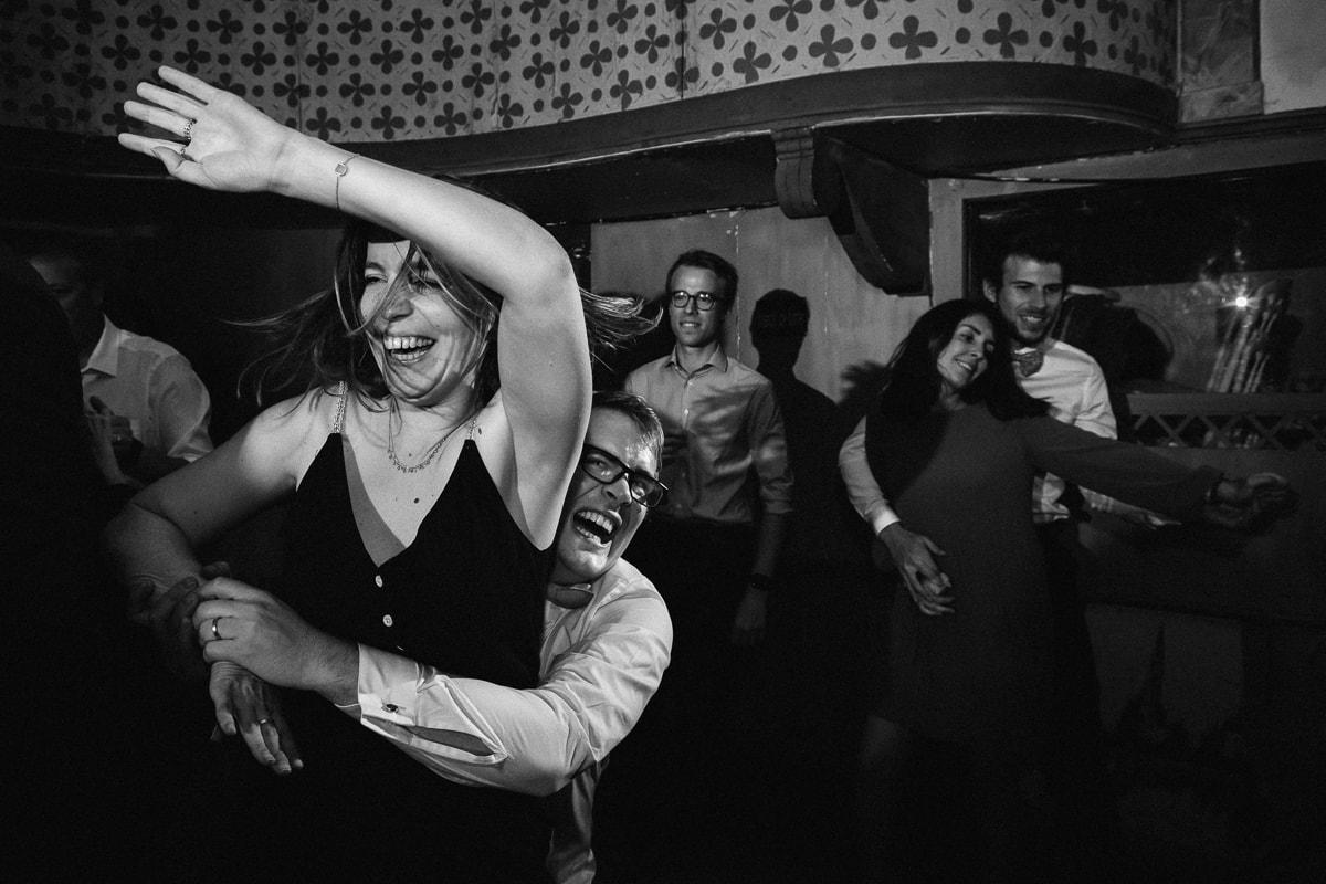 reportage photo de mariage au Domaine de Verderonne, soirée dansante moment de folie