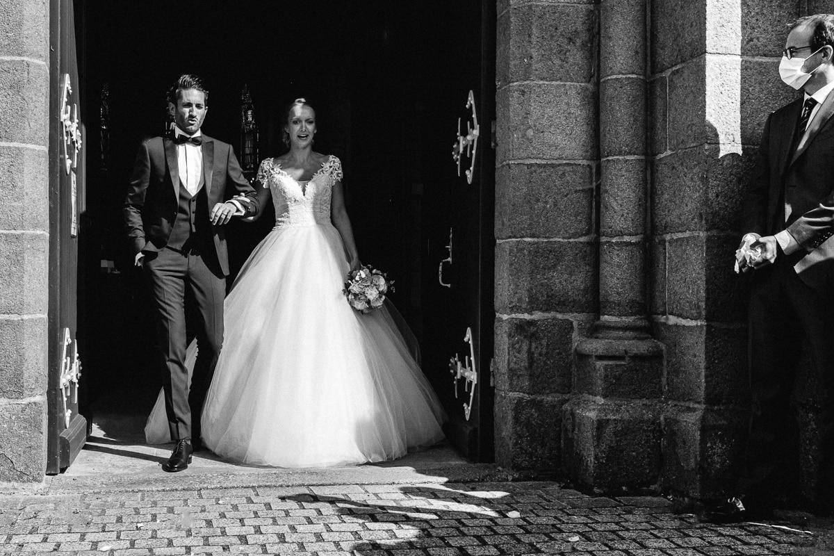Reportage de mariage en 2020. sortie de l'église juste avant le jeter des pétales.