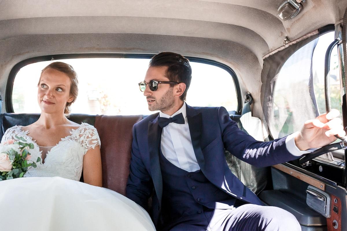 reportage de mariage, les mariés dans la voiture ancienne