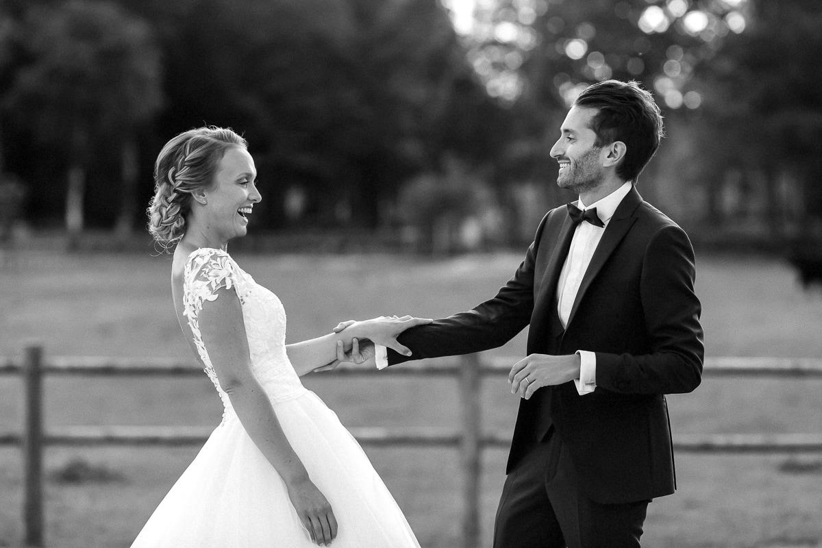 reportage de mariage au château des pères les mariés rient