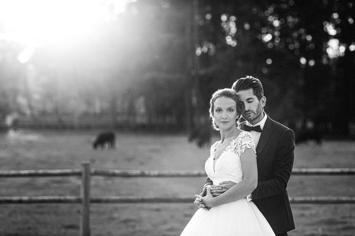 PHOTO DE COUPLE MARIES au Château Des Pères au soleil couchant