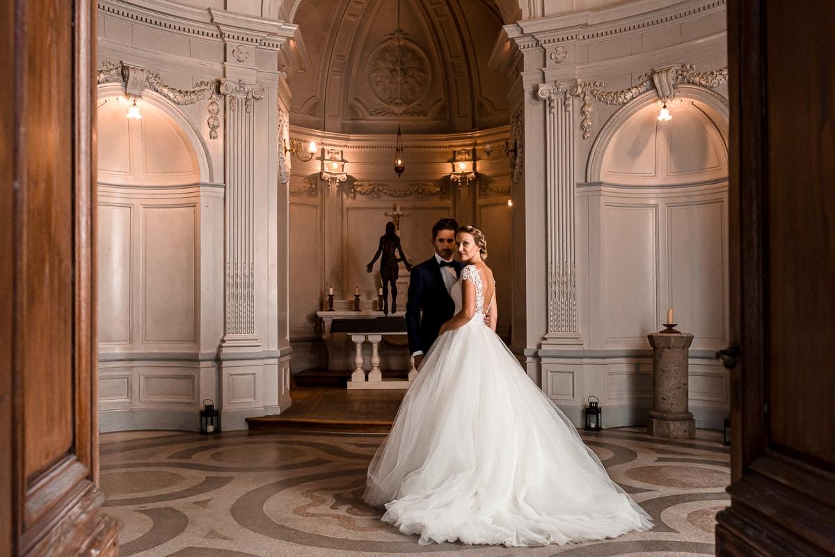 PHOTO DE COUPLE MARIES au Château Des Pères DANS LA CHAPELLE