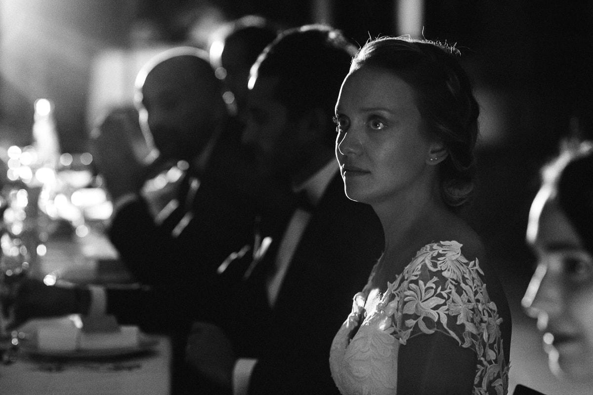 Diner de mariage au Château Des Pères, émotion de la mariée lors des surprises
